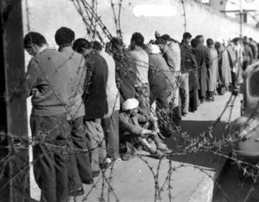 Prisioneiros argelinos em campo de concentração francês